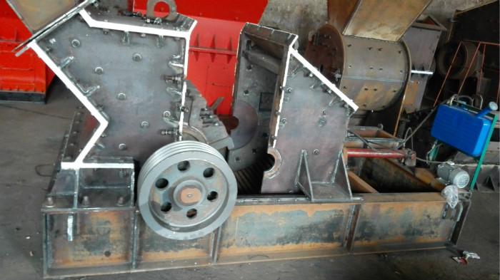 液压开箱式制砂机视频: 液压开箱式制砂机是在原有反击式破碎机械的基础上,将打击,反击,离心冲击,剪切,研磨等破碎原理有机的结合在一起,其能量和破碎的空间得到充分有效的利用,使液压开箱式制砂机在生产机制砂的产量和质量上取得一定的效果,具有破碎比大,产品颗料号,能耗较低,出料细而均匀,易损零件少,维修保养方便等优点。机制砂的粒径在0.